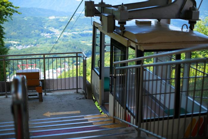 温泉街から標高955mにある見晴駅までを結ぶ「伊香保ロープウェイ」は、約4分の空中散歩。昭和37年(1962年)から運行している歴史のあるロープウェイなんですよ。