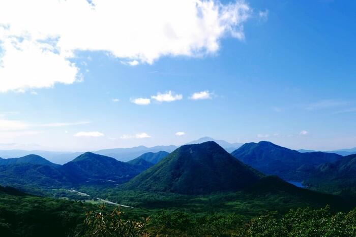 展望台からは赤城山や谷川岳の大パノラマが一望できます。青空と山の緑のコントラストがとてもキレイ。思わず深呼吸したくなる気持ち良さです。展望台の奥には県立伊香保森林公園があり、大自然のトレッキングを楽しむこともできますよ。