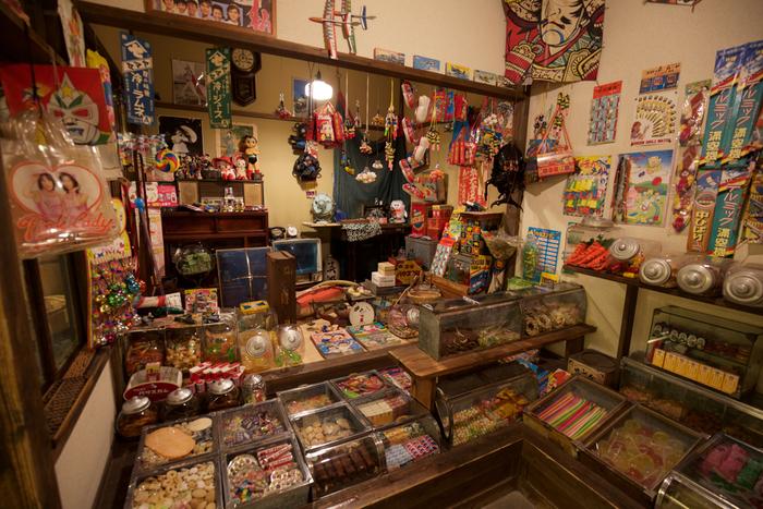 昭和の街並みを再現したコーナーは、昭和世代ではなくても楽しめます。レトロな看板や紙芝居屋さん、実際に駄菓子を買えるお店もあるので、童心にかえってわくわくできそうです。
