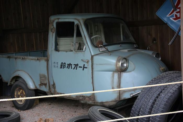 「伊香保おもちゃと人形自動車博物館」には、昭和世代なら懐かしく感じる展示がたくさん。たとえば、こちらは「ALWAYS 三丁目の夕日」に登場する「鈴木オート」の舞台セットを再現。実際に映画で使われた車の実物が展示されています。映画の世界に入り込んだような気分で楽しめますよ。