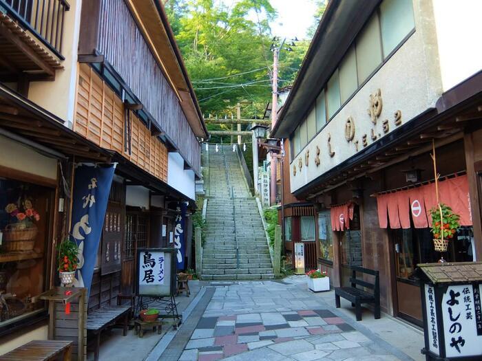 石段をのぼった先、湯元の近くにひっそりと佇む「伊香保神社」。石段をのぼると、それまでの賑やかな雰囲気とは違う静謐な空気が漂っています。