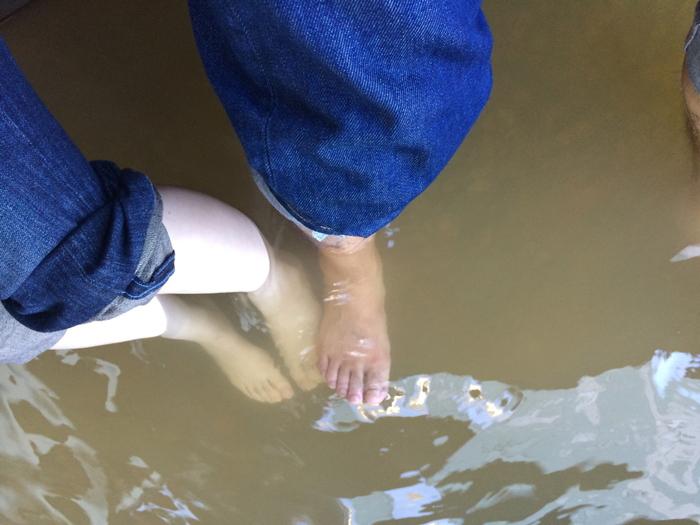 石段をのぼると足湯のご褒美が。無料で利用できるので、温泉街を歩いたあとに立ち寄ってみませんか?