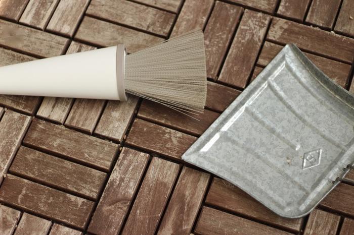 ベランダも花粉や黄砂で結構汚れているので窓のついでに掃除を。曇りの日だとホコリが舞いにくいですよ。物干し竿や手すり、壁は雑巾で水拭きします。ついでにエアコンの室外機も拭いておくと◎床はちぎって濡らした新聞紙を丸めてまき、ほうきで掃いていきましょう。新聞紙が汚れを吸着してくれますよ。