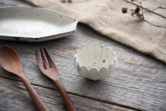 ぽんと蕾が開いたような可愛らしさは、和洋食とわずに使いたい小鉢です。どんなお料理を盛ろうか楽しみになりますね。粗い土の質感が陶器ならではの柔らかい雰囲気を出しています。これは並べて使いたくなりますね。