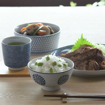 白と藍色のすっきりとした飯碗は何を盛りつけても美味しそうに見えますね。花が開いたような絵柄は、印判という技法で作られています。印判技術は明治以降に広まりました。転写紙に描いた模様をうつわに写し、絵柄を焼き付ける技法です。