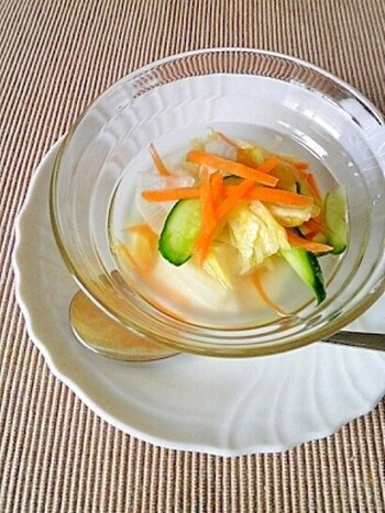 酵素たっぷりの水キムチ。材料を塩でもんで、お米の研ぎ汁に漬け込んで常温で置いておくだけで完成です。疲れた胃腸に染み渡る万能レシピです。