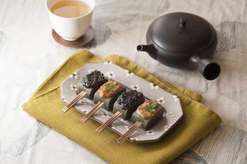 ふきんを敷くことで、お気に入りの器を目立たせてくれる効果もあります。テーブルと器が似たような色味の時は、差し色になるふきんをコーディネートしてみましょう。