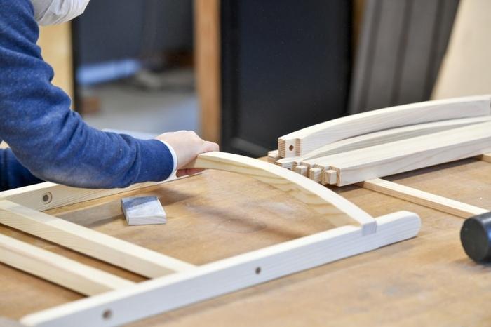 質の良い家具を生み出すのは、職人の知恵や技です。伝統的な技術により、金属をなるべく使わず無垢材の良さを生かした家具が完成します。