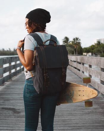 旅行用のキャリーバッグや大きなリュック、長い傘など大きな荷物を持ったまま鑑賞すると、誤って作品にぶつかって破損したり傷つけてしまったりする恐れがあります。