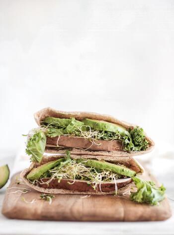 野菜やお肉をたっぷり挟もう♪ スタミナ満点の「ピタパンサンド」レシピ集
