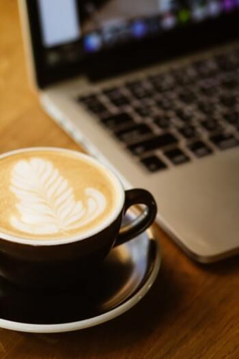 それでは、本好きさんはもちろん、読書初心者さんにもおすすめのオンラインブックストアを見ていきましょう。気になったお店があれば、ぜひいい香りのするコーヒーを片手に、ゆっくり本を選んでみては*