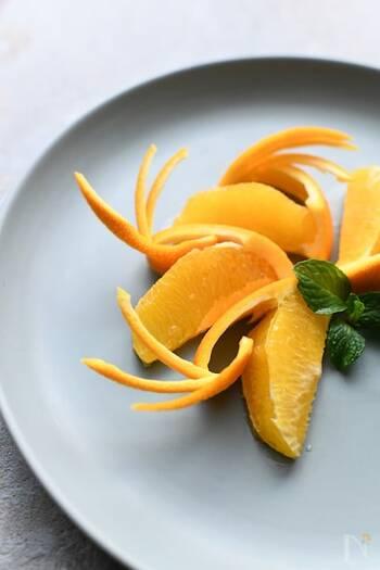 折り返したオレンジの皮を羽に見立てたキュートな飾り切りです。オレンジの実と皮の間の白い部分を丁寧にカットすることで、オレンジ一色の発色のいいトッピングをつくることができます。より食べやすいようにするには、オレンジと皮が繋がっている部分を少な目にしておくのがおすすめ。フォークとナイフですっと外すことができるようになります。  パンケーキのお皿の横にいくつかまとめておくだけでも、ぐっと目を惹くワンポイントになりますね。