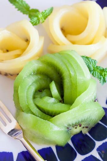 ケーキのトップやパンケーキのお皿に添えるのにもぴったりのキウイで作る薔薇のお花。外側の鮮やかなグリーンと中心の白い部分に向かって放射状に走るラインが素敵ですね。  あまり薄くスライスしすぎると、形が崩れてしまうので、2ミリほどの厚さを守ってスライスしていくといいでしょう。ゴールドキウイを使って、二色のアレンジにするとより豪華です。