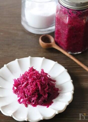 ほんのりした酸味で付け合わせに重宝するザワークラフト。紫キャベツをしっかり塩で揉み込み、浸るくらいの水分に漬けて作ります。瓶の蓋を閉めて常温(20℃前後)に置き、4、5日そのままに。目にも鮮やかなカラーは、キッチンに置いて出来上がりを待つ時間も楽しくなります。
