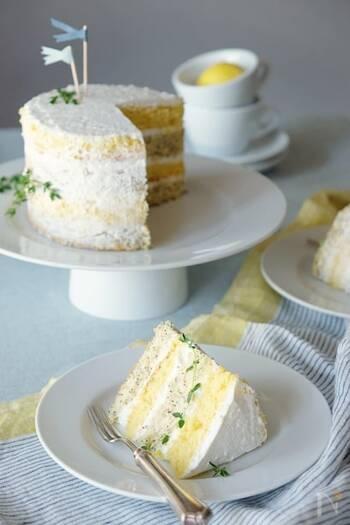 ネイキッドケーキらしいシンプルなデコレーションのケーキですね。ごちゃごちゃさせないのが、ネイキッドケーキのいいところなので、中に挟むものもシンプルに、層になっていること自体の美しさを楽しめるようにしています。側面を薄く塗るときには、あまりでこぼこしないように、ささっと軽く塗っていくときれいなネイキッドケーキに仕上がります。