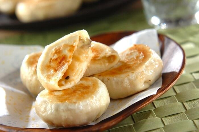 長野県の名物料理でもある「おやき」を簡単に作れるレシピです。ナスと味噌のおやきは定番ですが、更にチーズを合わせることで、お子様でも食べやすい料理に仕上がりますよ。朝ごはんやおやつにもぴったりのナスレシピです。