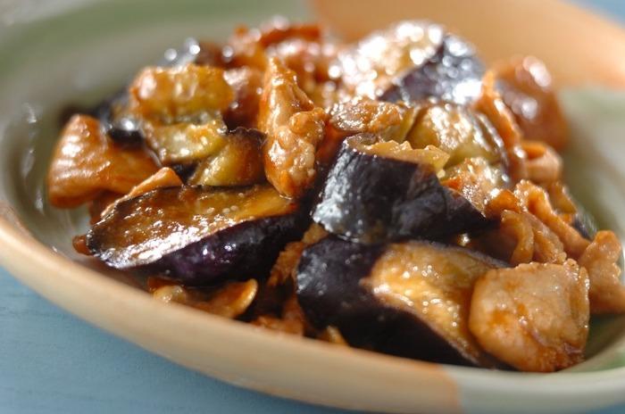 ナスの美味しさを引き出す味噌を加えたナスの味噌炒めは、ナスレシピの中でも鉄板ながら人気なので覚えておくと便利です。ナスをあらかじめレンジで蒸しておくことで調味料がよく絡み、調理時間も短縮できますよ。ナスと豚肉の相性はぴったりですが、鶏肉に変えてもまた美味しくいただけるレシピです。