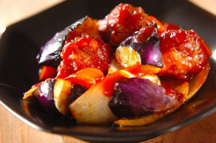 ナス、玉ねぎ、ニンジンと野菜をたっぷり摂れるレシピです。ニンジンは火が通りづらいため、予めレンジで火を通しておくことで、時短で調理することができますよ。豚肉は安価な小間切れ肉を一口大にまるめて揚げておくことで、かなり食べ応えのある料理に仕上がりますよ。