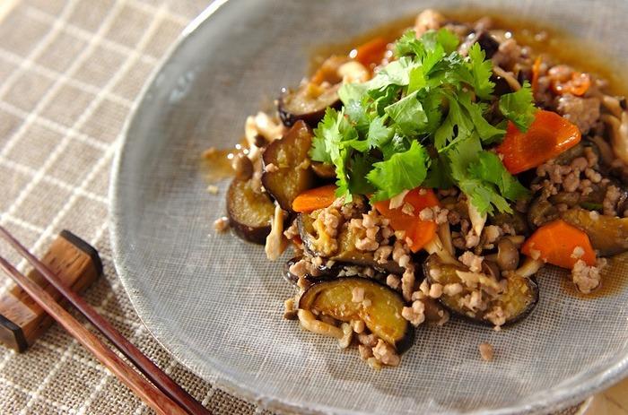 ナスやニンジン、しめじなどの野菜とひき肉をナンプラーでエスニック風に味付けした簡単レシピです。野菜はナス以外に葉物から根菜まで何でも合うため、冷蔵庫に残った野菜を使ってもOKです。ナンプラーで仕上げることでいつもの炒めものとは少し違う味付けで楽しめますよ。