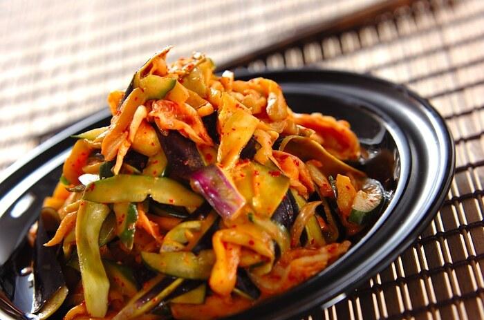 火を使わずに作れるナスレシピです。漬けダレに漬け込んだ薄切りのナスにキムチ、マヨネーズを和えるだけで作れるので、食卓が少し物足りない、という時にも便利ですよ。また、単体で食べるだけではなく、豆腐に乗せたり麺に乗せたりとアレンジの効く優秀レシピです。