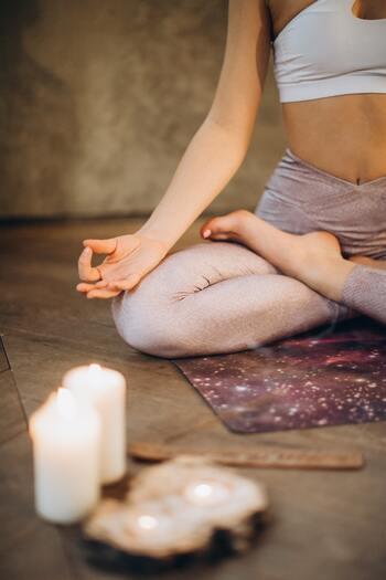 忙しい現代人にとって、何もしない時間を作ることは「もったいない」と感じたり「怖い」と感じたりする人もいるかもしれません。ですが少し勇気を出して「何も考えず、ただそこに座るだけ」いわゆる瞑想をする時間を作ってみましょう。