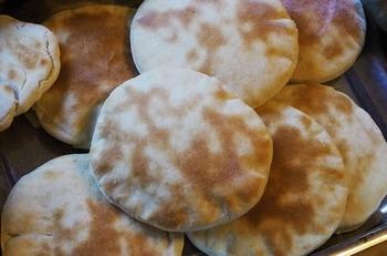 ピタパンは、キレイに膨らませるのがやや難しいです。まずは、こねる・発酵させる、というパンの基本をしっかり。そして、生地を伸ばすときには丁寧に行うことが大切。初めから破けやボロボロした部分があると膨らみ難くなります。  表面が湿っていると膨らみ難くなる場合もあるので、霧吹きなどはしないで焼きましょう。また、温度管理も重要。焼くときに温まりが不十分だったり、オーブンやトースターの上と下で温度差がないように、使用する天板やトレイを温めておきましょう。