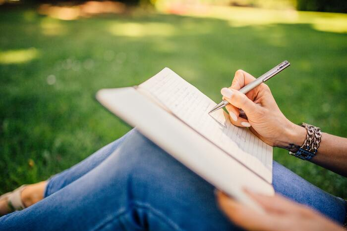 ストレスや心の中のモヤモヤは、一度抱えるとなかなかスッキリしないもの。そんなときには、何にストレスを感じているのか思うままに書き出してみましょう。誰に見せるわけでもないので、思ったことを箇条書きにするだけでOK!書き記すことで客観的にその物事を捉えられるようになり、冷静に整理していくことができるようになるはずです。