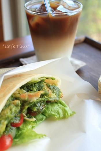 ピタパンは、焼いてから冷凍保存することも可能です。切らずにそのまま、冷凍用保存袋などに入れて密閉して冷凍しましょう。食べる前に自然解凍をしてください。さらにトースターで焼くと、パリっと仕上がりますよ♪