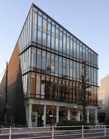 バス停から目黒駅寄りに歩いて3分ほどの目黒通り沿いに、輸入/オリジナル家具を揃える「souks(スークス/市場の意)東京」が。 イタリア・モダンな「cattelan(カッテラン)」や多種多彩なソファの張地で知られる「arketipo firenze(アルケティポ・フィレンツェ)」をはじめ、カンディハウス(北海道旭川)や日進木工(岐阜飛騨高山)など、高品質な日本の木工ブランドを展開しています。(筆者撮影)