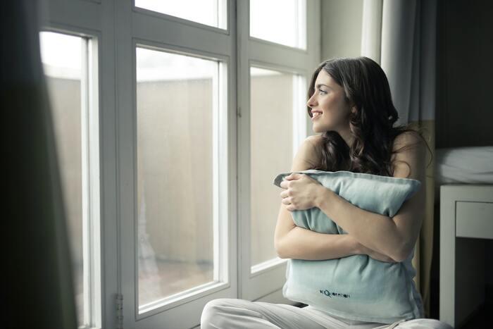 朝に太陽の光を浴びることで体内時計がリセットされると言われているので、活動的な一日のスタートを迎えられます。また幸せホルモンと呼ばれるセロトニンもそれによって分泌が促されるので、心の安定にも効果が期待できるのだとか。朝起きたらすぐにカーテンを開けて、日の光を浴びる習慣を身につけましょう。