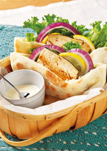 とってもおしゃれなこちらは、鯖のグリルをサンドしたピタパンです。鯖はヨーグルトやクミンなどのタレに漬けてから、フライパンで焼き上げましょう。グリーンリーフや紫玉ねぎ、レモンなどと一緒にピタパンに挟めばOK。ヨーグルトドレッシングを別に作って添えて、お好みで付けて食べてみてください♪