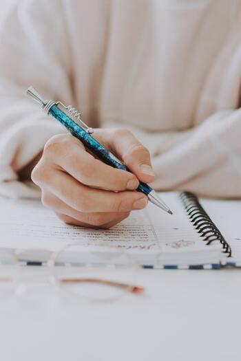 手帳や日記に書き記していくのもおすすめです。自分哲学を見つけてみることで暮らしや人生の目標が明確になり、自分が今やるべきこと進むべきことが見えてきますよ。