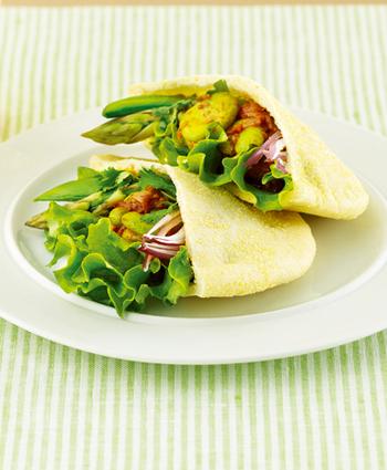 カラフルな野菜の彩りキレイなピタパンサンドです。そら豆やグリンピース、アスパラガス、スナップエンドウ、グリーンリーフと緑の野菜がたっぷり。そら豆とグリンピースは、トマト缶やチリパウダーなどを使ってチリコンカンにします。挟む具材の調理は電子レンジだけでできちゃうのも魅力。ピタパンの生地にはコーンミールを使っていますので、パンの味わいも楽めます。