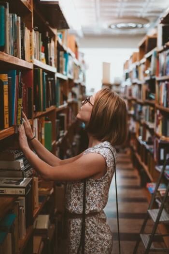 たとえば好きな映画や作家について、お気に入りの本やその作者について、洋服や雑貨についてなど、どんなジャンルでもOK。それらの専門知識や歴史について勉強し「学ぶ」時間を作ると、自分の知性をさらに磨くことができます。図書館に出かけてみたり、自宅に勉強スペースを作ったりするのもおすすめ。知的な女性は周囲に自立した印象を与えます。自然とオーラを放つそんな素敵な女性が目標です。