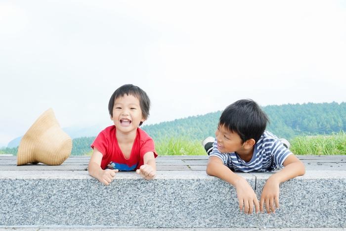 上の子にはつい、「お兄ちゃんだから」「お姉ちゃんだから」と言って我慢させてしまうことは日常の生活の中では往々にしてあることです。子供も自分の立場は分かっています。上の子だから、という理由ではなく、「あなたには〇〇ができるからやってほしい」ということを伝えるようにすると、子供は共感しやすくなります。  兄弟姉妹で比べるのではなく、その子の過去と今を比べ、できるようになったことを見つけ、たっぷり褒めてあげましょう。同じ家庭に育っていても、ひとりひとり違った人間なのだと親がしっかりと認識しておくことが重要です。