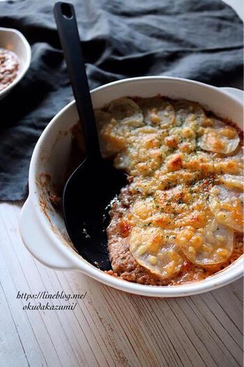 薄切りのじゃがいもをラザニアのパスタ生地に見立てた、ラザニア風重ね焼き。ひき肉と玉ねぎみじん切りをじっくり炒め、調味料やチーズとともに重ねてオーブンで焼く、ホームパーティーなどにもおすすめのメインディッシュです。