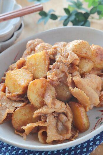 あらかじめレンジでチンした新じゃがと、豚こま切れ肉を味噌や調味料で炒めるだけの味噌炒め。春先からが旬の新じゃががほくほく甘く、豚肉の旨みと味噌が絡んで、ごはんが進む一品です。