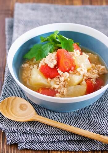 やさしい味わいの鶏そぼろと大根の煮物です。めんつゆで作るので調味料も少なくて簡単。煮込んでいる間は他の調理ができ、付きっきりにならずに楽チン。とろとろで食べやすいので、外食続きで疲れた胃にもおすすめです。