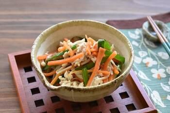 ニラ・にんじん・えのきの食感が楽しいナムルのレシピです。鶏そぼろを和えることで食べ応えアップ♪野菜も鶏そぼろも電子レンジで加熱するので、手軽に作れます。ごま油とニンニクの香りでお酒も進みますね。