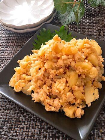 こちらは鶏そぼろを混ぜた和風ポテトサラダのレシピです。マヨネーズを使っておらず、鶏そぼろにしょうがが効いているのでさっぱりとした大人な味わいに。冷めてもアツアツでもおいしいポテサラです。