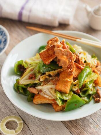 鶏そぼろ味噌を加えたアレンジ回鍋肉のレシピ。豚バラ肉と鶏肉の旨味が効いた、お箸の進むおかずです。厚揚げを加えているのでボリュームも満点。食べ盛りの子供にもおすすめの一皿です。