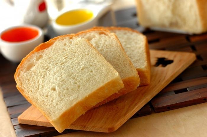 小麦、砂糖、塩、イースト、バター、水の必要最低限の材料で作った基本の食パン。少量のイーストを使い、冷蔵庫で長時間熟成することで、小麦本来の味がしっかり感じられるパンになります。まずは基本の食パンレシピを覚えたいですね。