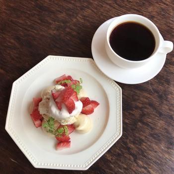 イートンメスで使うフルーツは、苺が代表的。その苺の旬といえば、まさしく今ですよね!  滑らかな生クリームのとろりとした柔らかさ、焼きメレンゲのさっくりと軽い食感、そして、苺のみずみずしい甘酸っぱい味わい――― 一口でさまざまな口当たりを楽しめますよ。