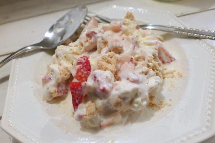 Step3.での「混ぜ混ぜ!」に驚かれるかもしれませんが、実は、イートンメスのメス(mess)とはぐちゃぐちゃの意。そう、混ぜて食べるスイーツなんです。  この最後の「混ぜ混ぜ」作業、盛り付け前に済ませてもよいですし、盛り付けてから自分が食べる時のスプーンで楽しんでもいいです。