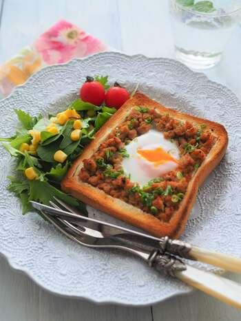 鶏そぼろご飯もちょっと飽きたかな…という時におすすめのトーストにアレンジするレシピ。作り置き鶏そぼろと卵を乗せてトースターでチンするだけなので、忙しい朝にもパパっと作れてお腹も満足の一品です。