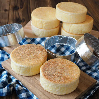 コーングリッツの食感が楽しいイングリッシュマフィンも朝食にぴったりのパンですね。イングリッシュマフィンを作る時に必要なセルクルは、牛乳パックの型を使って作ることができます。 牛乳パックを輪っかにしてステープラーで止め、アルミホイルでコーティングするだけ。きれいな形のイングリッシュマフィンができますよ。