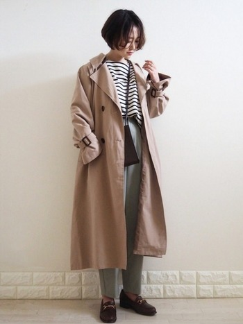 羽織るだけでサマになるトレンチコートはカーキパンツとの相性も抜群!ボーダーカットソーでカジュアルさを出しつつも、バッグや靴を黒にして上品に。大人っぽい着こなしが素敵です。
