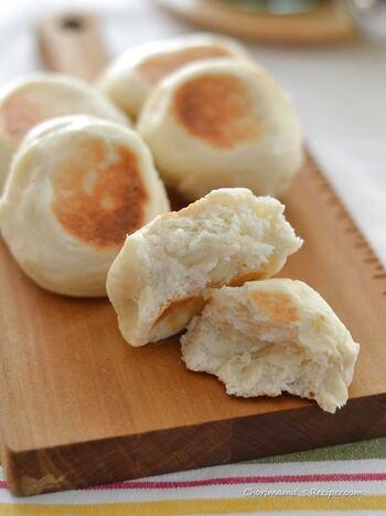 パンは発酵時間が長くて作るのが面倒という人に作ってもらいたい、発酵なしのクイックパン。一次発酵はレンジで30秒。2次発酵不要なので、あっという間にパンが食べられます。フ ライパンで外はカリッと中はもちもち。中にチーズやきんぴら、ひじきの煮物を入れてアレンジすればおやき感覚で食べられますよ。