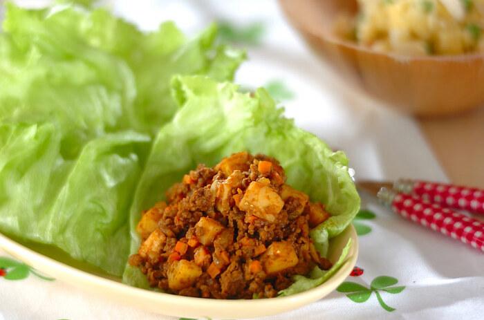 ドライカレーもピタパンにぴったりです。タコミートのようにひき肉で作ると、ピタパンに入れやすく食べやすいでしょう。こちらも野菜たっぷりの一品。牛ひき肉で作るレシピです。レタスで包んで食べる方法ですが、レタスごとピタパンに挟んでもOK。野菜もお肉も入っているので、これだけで栄養バッチリ♪