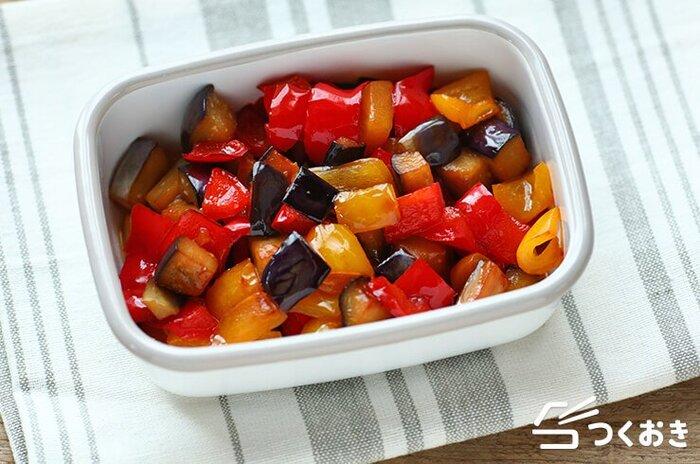 調味料はお酢と醤油だけ、というシンプルな味付けの炒め物です。パプリカの鮮やかな色合いに食欲が増しますよ。冷凍保存もOKなので、ナスの大量消費と作り置きにはぴったりの簡単レシピです。